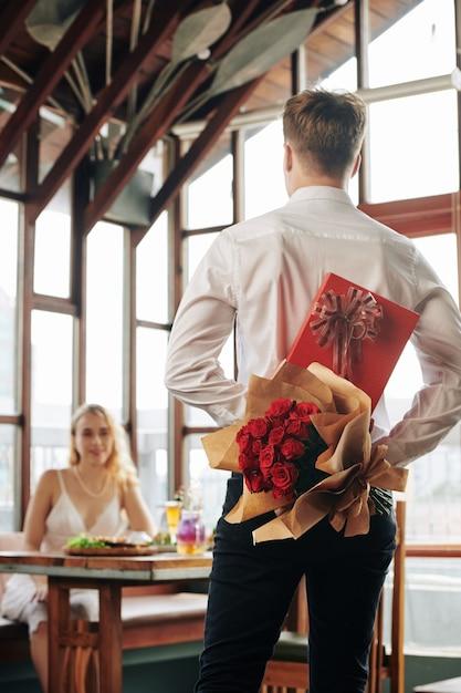 Man met giften voor vriendin Premium Foto