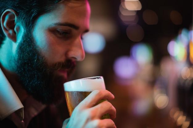 Man met glas bier Gratis Foto