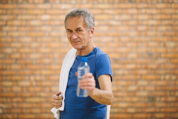 Man met handdoek en water Gratis Foto
