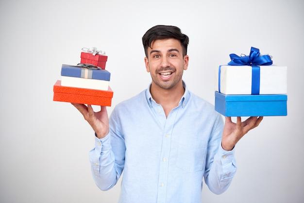 Man met hoop geschenken Gratis Foto