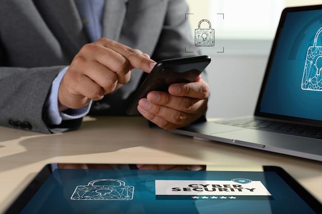 Man met laptop cyberbeveiliging op scherm tonen Premium Foto