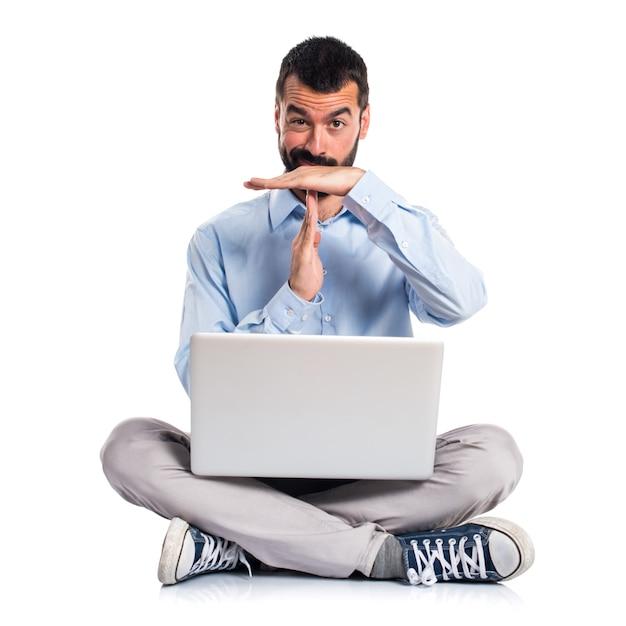 Man met laptop maken tijd uit gebaar Gratis Foto