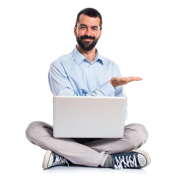 Man met laptop presenteren iets Gratis Foto