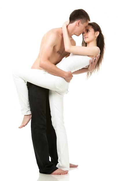 Man met meisje knuffels en kijkt naar elkaar Premium Foto