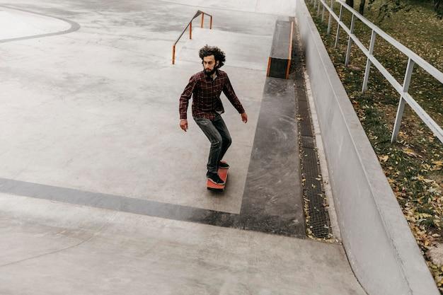 Man met plezier met skateboard buiten Gratis Foto