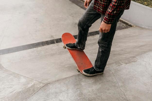 Man met plezier met skateboard buitenshuis Gratis Foto