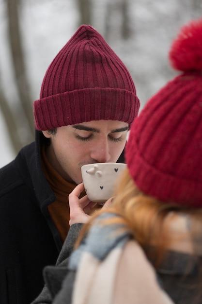Man met rode hoed nippen van een kopje thee Gratis Foto