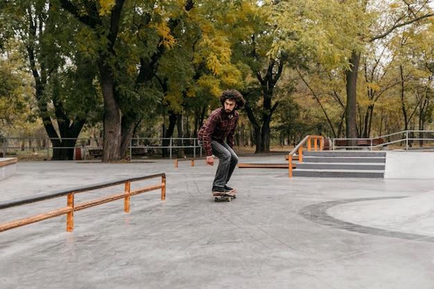 Man met skateboard buitenshuis Premium Foto