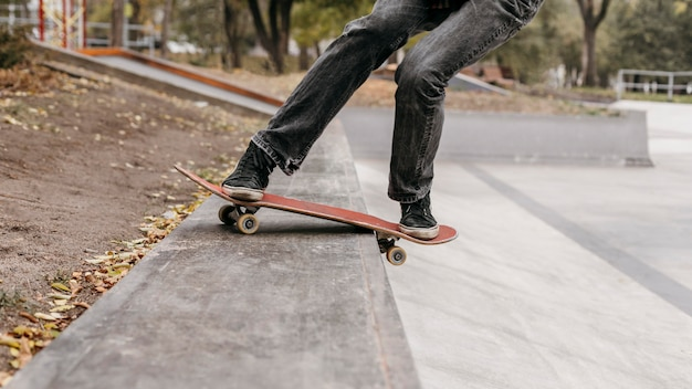 Man met skateboard in het stadspark Premium Foto