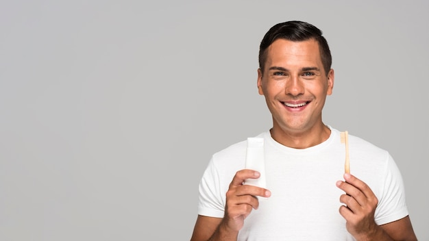 Man met tandenborstel en tandpasta Gratis Foto