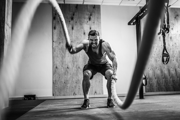 Man met touw in functionele training Premium Foto