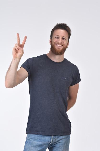 Man met vinger in de vorm van nummer twee; Premium Foto