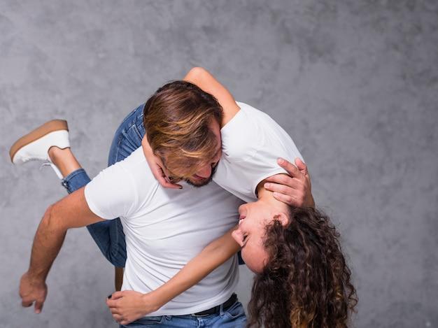 Man met vrouw op schouder Gratis Foto