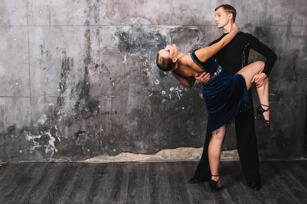 Man met vrouw tijdens gepassioneerde dans Gratis Foto