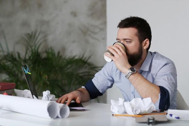 Man moe op het werk, koffie drinken Gratis Foto