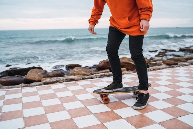 Man oefenen op het skateboard. Gratis Foto