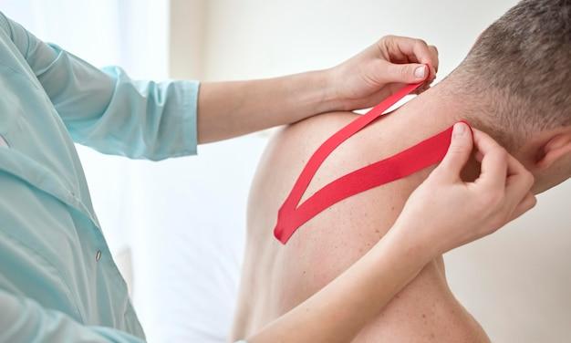 Man ondergaat therapie met fysioloog Premium Foto
