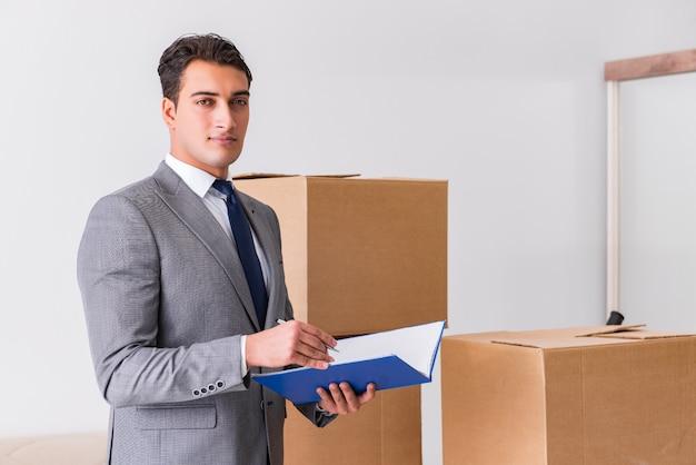 Man ondertekening voor de levering van dozen Premium Foto