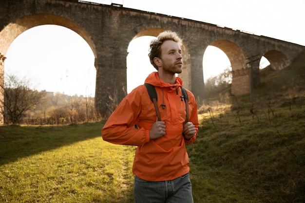 Man op een road trip poseren voor aquaduct Premium Foto