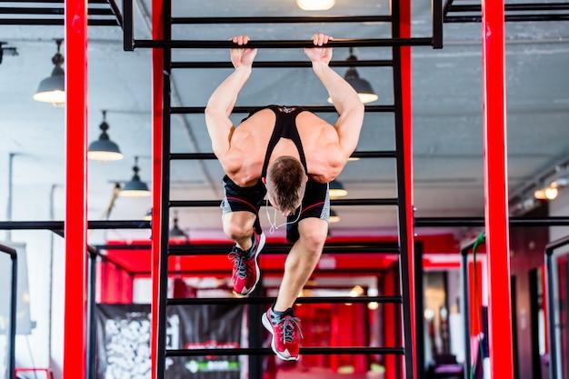 Man op freestyle calisthenics training in de sportschool Premium Foto