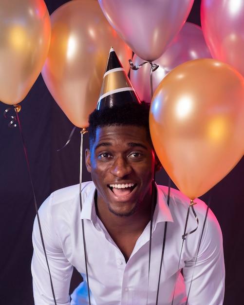 Man op het feest met papieren kegel hoed Premium Foto