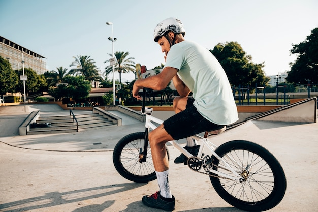 Man op zijn bmx fiets afstandsschot Gratis Foto