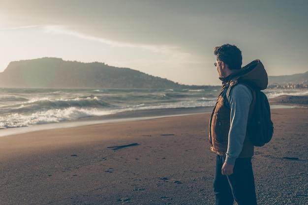 Man op zoek naar sein strand overdag en op zoek naar attent Gratis Foto