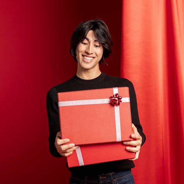 Man opening geschenkdoos voor chinees nieuwjaar Gratis Foto
