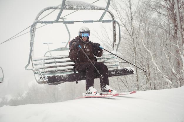 Man opstaan van de skilift Gratis Foto