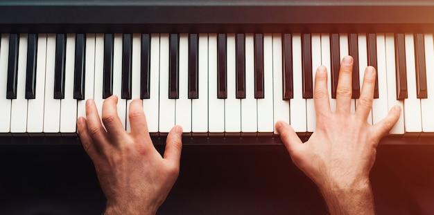 Man piano spelen Premium Foto