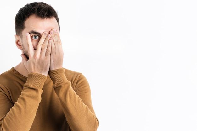 Man poseren geschokt terwijl die betrekking hebben op gezicht Gratis Foto