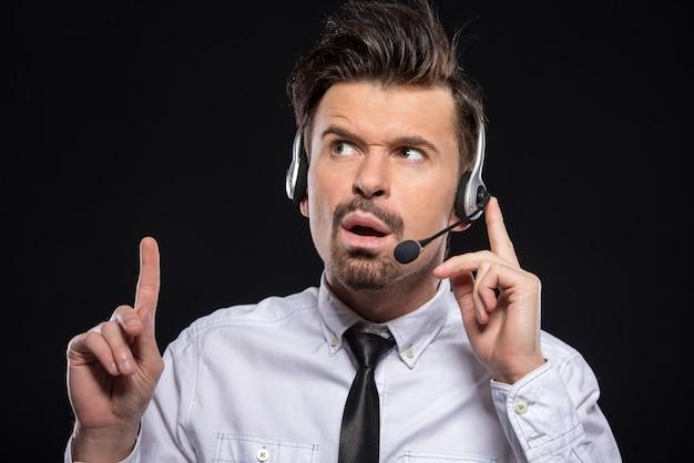 Man praat met een koptelefoon en microfoon. Premium Foto