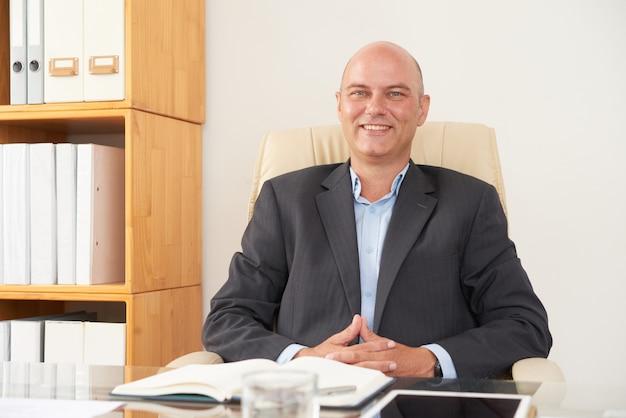 Man psycholoog zittend op kantoor Gratis Foto