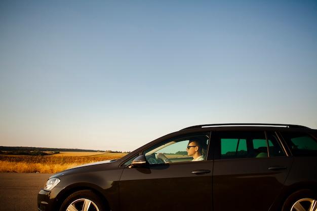 Man rijden op de weg Gratis Foto