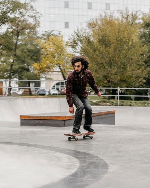 Man rijden skateboard buiten in het park Gratis Foto
