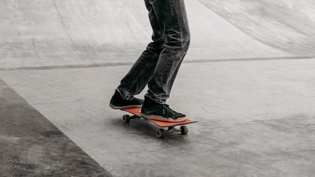 Man rijden skateboard in het stadspark Gratis Foto