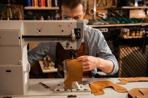 Man schoenmaker stiksels leer patrs Gratis Foto