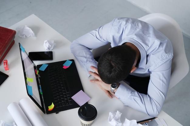 Man slapen op het werk Gratis Foto