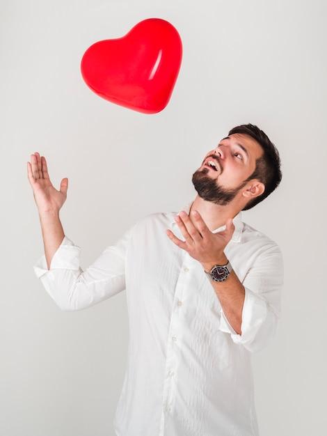 Man spelen met valentines ballon Gratis Foto