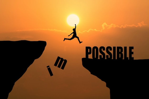 Man springen over onmogelijk of mogelijk over de klif op zonsondergang achtergrond, business concept idee Gratis Foto