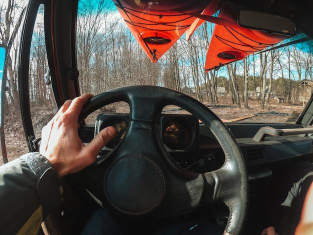 Man suv auto rijden door bospad weg Gratis Foto