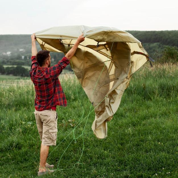 Man tent voorbereiden om te kamperen Gratis Foto