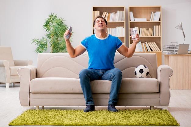 Man thuis voetbal kijken Premium Foto