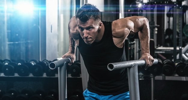 Man tijdens training in de sportschool Premium Foto