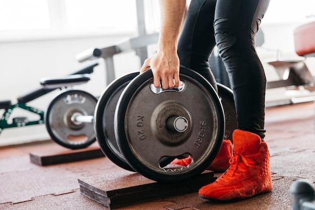 Man trainen in de sportschool Gratis Foto