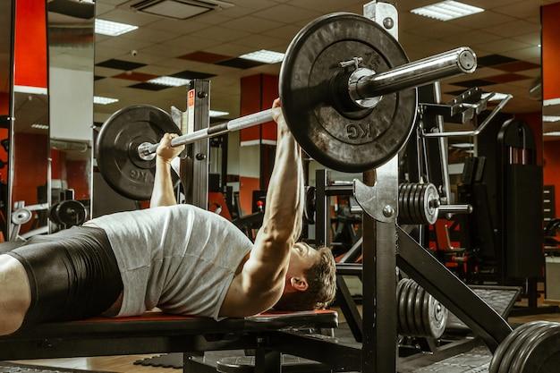 Man training in de plaatselijke sportschool Premium Foto