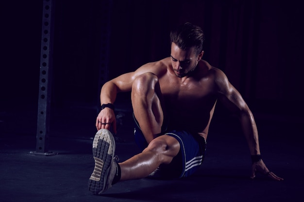 Man training in de sportschool Premium Foto