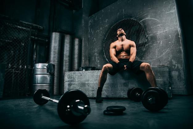 Man training in een sportschool Premium Foto