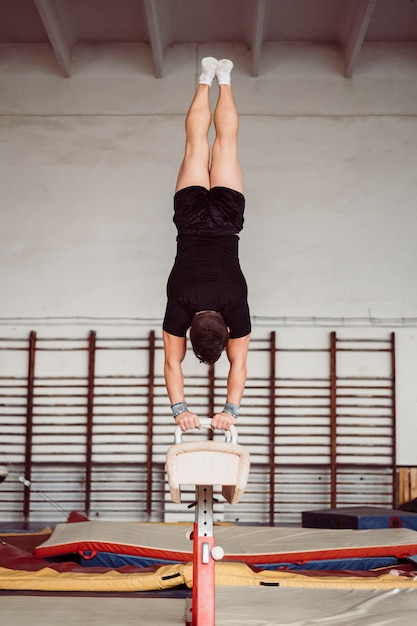 Man training voor kampioenschap turnen Gratis Foto