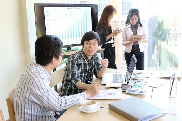 Man typen toetsenbord laptop hand. business team werken opstarten moderne officeworkgenoten Premium Foto
